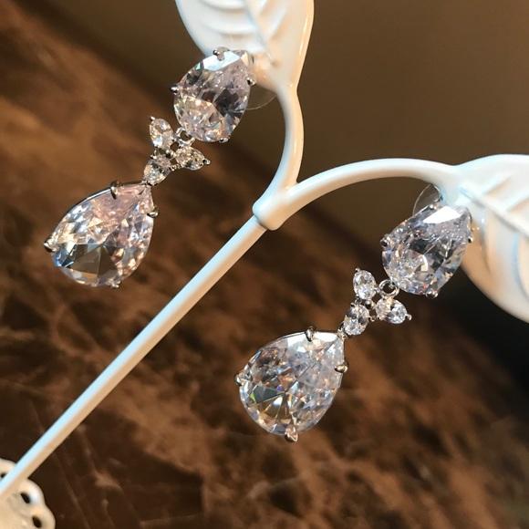 🆕 Beautiful Saks Fifth Avenue Silver earrings.